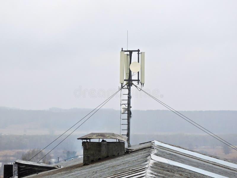 Torre de radio celullar de la comunicación del teléfono móvil, antena de microonda, transmisor fotografía de archivo