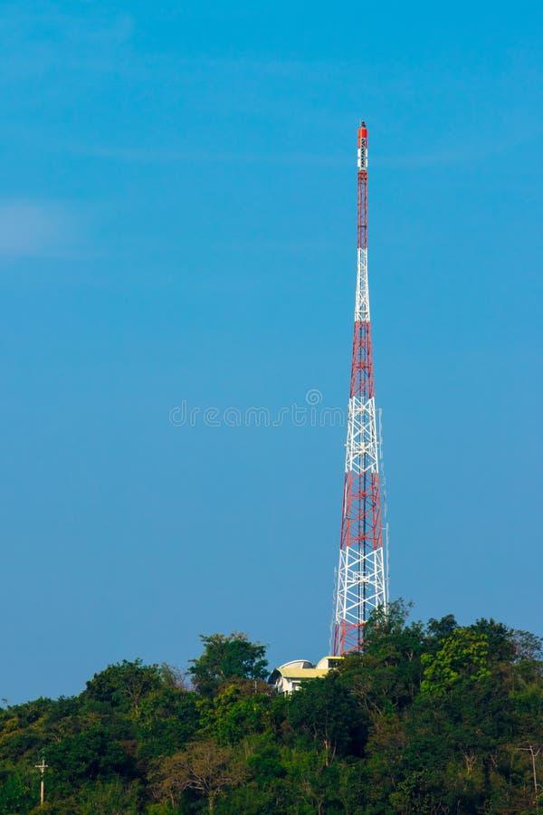 Torre de radio con en la naturaleza fotos de archivo libres de regalías