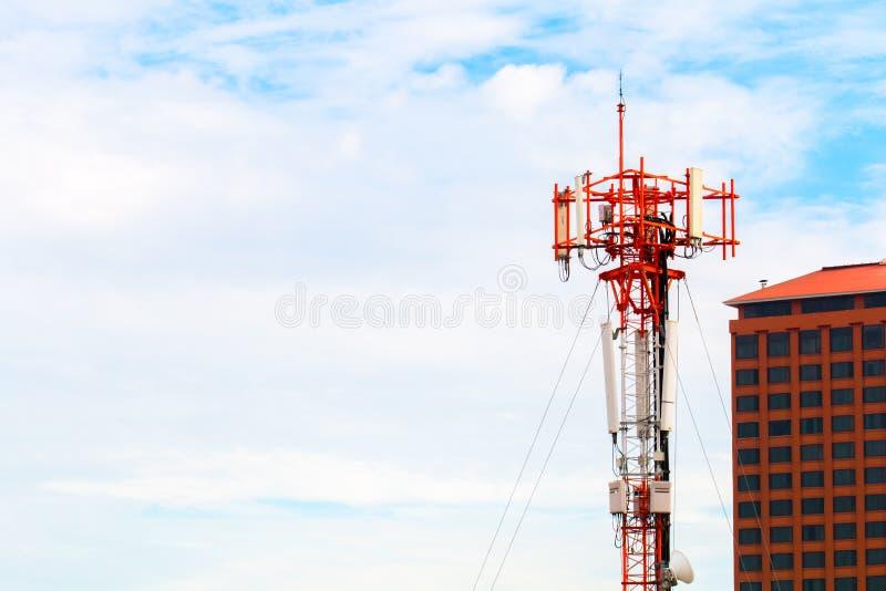 Torre de radio sobre el cielo azul cerca del edificio Copie el espacio fotografía de archivo