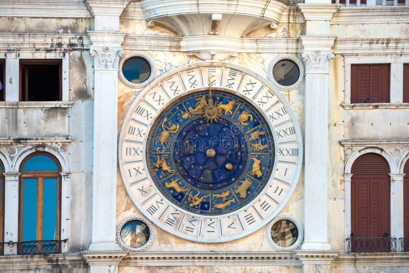 Torre de reloj astronómica del zodiaco imagenes de archivo