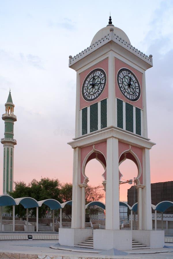 Torre de reloj de Doha y alminar imagen de archivo