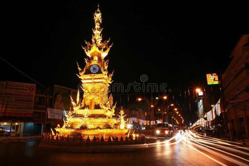 Torre de reloj de oro en Chiang Rai, Tailandia
