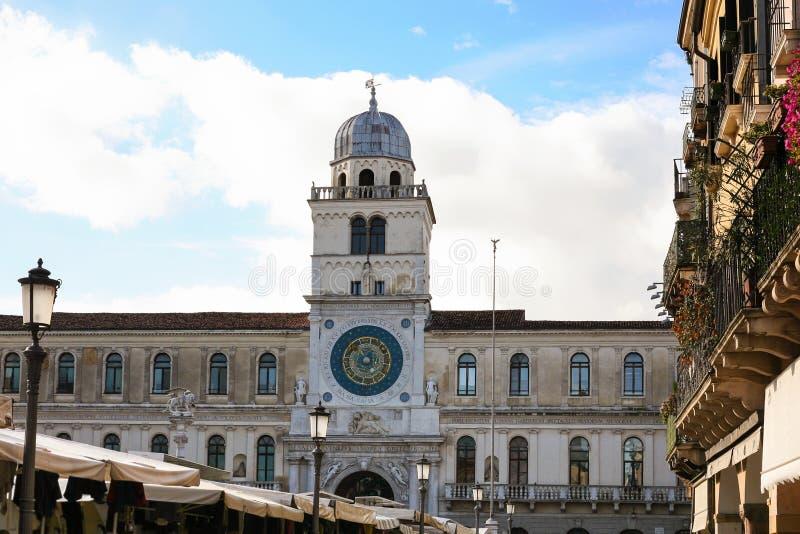 Torre de reloj de Palazzo del Capitanio en la ciudad de Padua fotografía de archivo