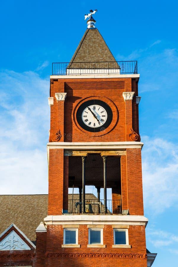 Torre de reloj del edificio histórico del Palacio de Justicia de la pequeña ciudad fotografía de archivo