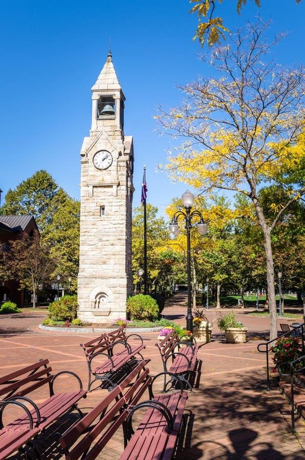 Torre de reloj en Autumn Day claro foto de archivo libre de regalías