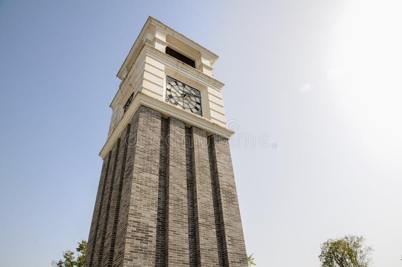 Torre de reloj en cielo azul fotos de archivo