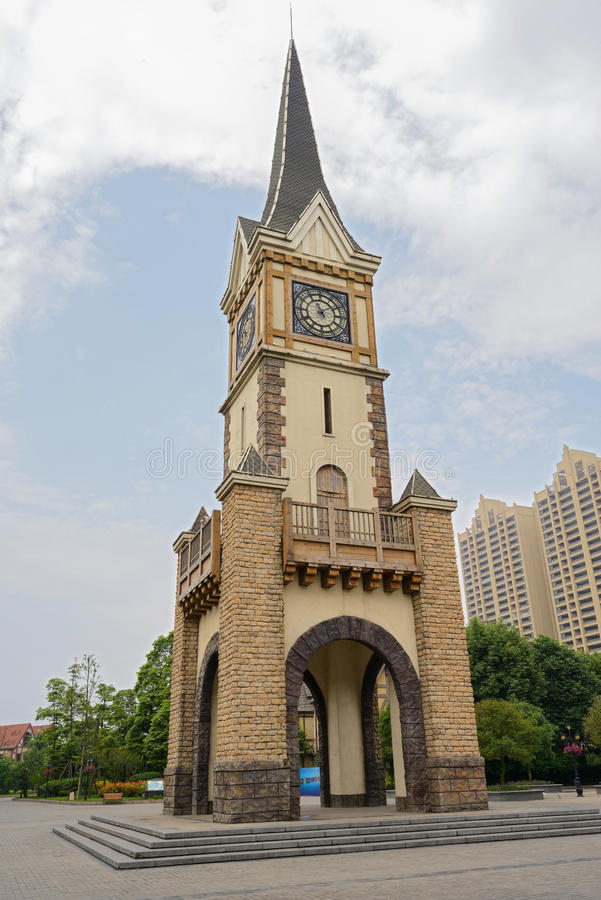 Torre de reloj en cielo nublado fotografía de archivo