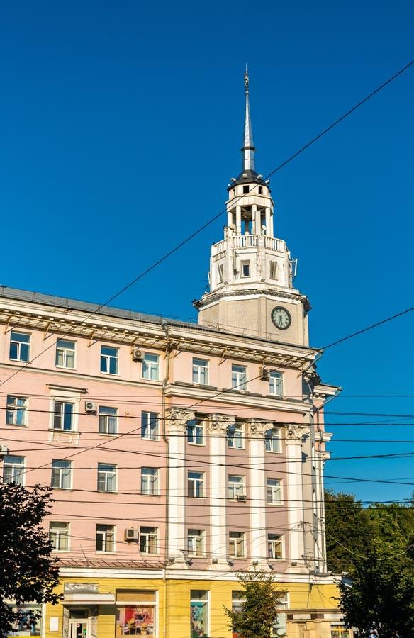 Torre de reloj en el centro de ciudad de Voronezh, Rusia fotos de archivo