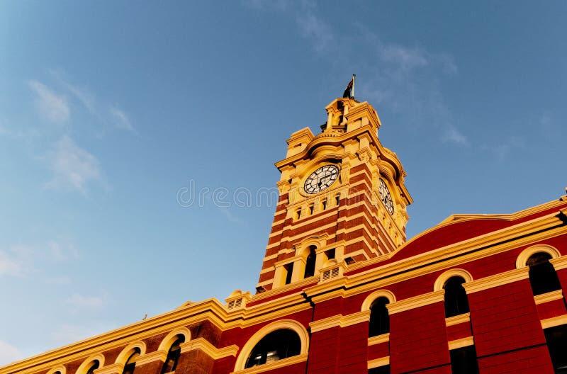 Torre de reloj en el ferrocarril de calle del Flinders fotos de archivo