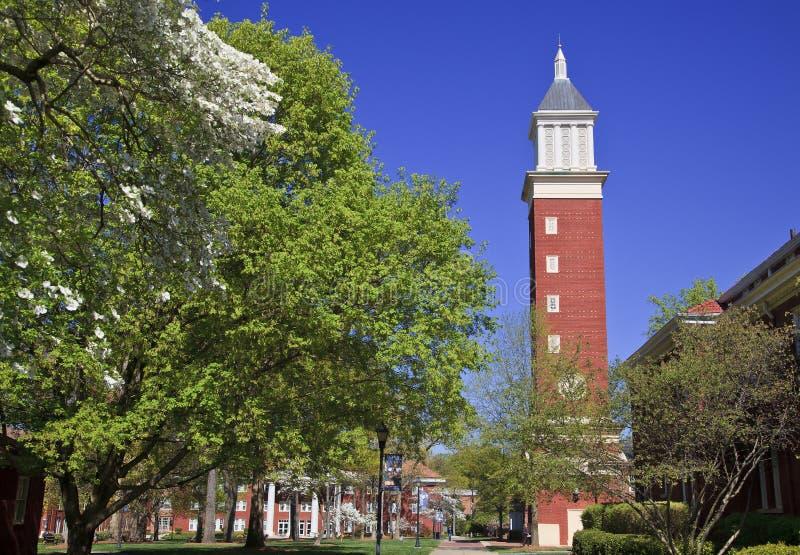 Torre de reloj en la universidad de Queens en Charlotte imagenes de archivo