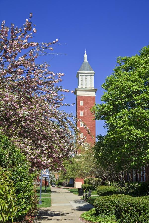 Torre de reloj en la universidad de Queens en Charlotte fotografía de archivo