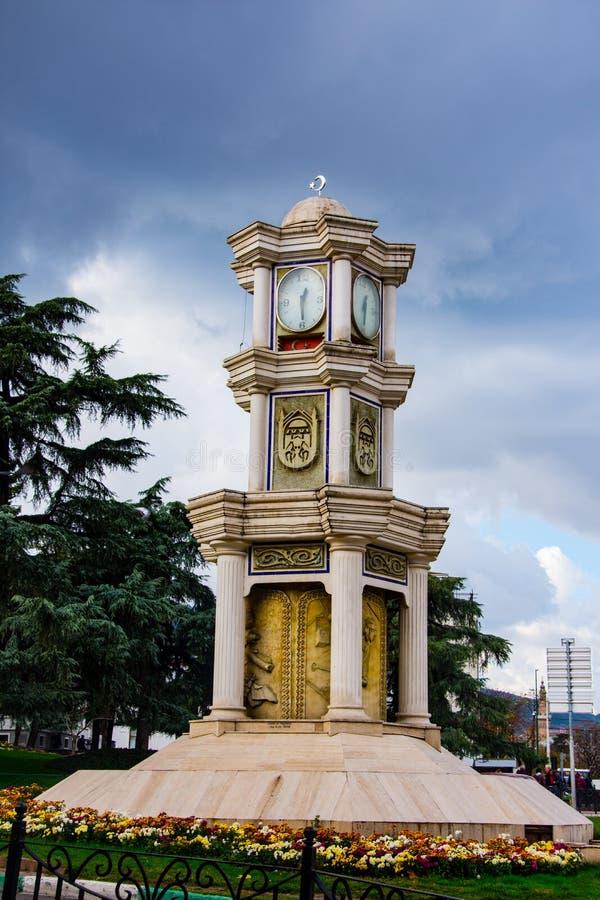 Torre de reloj hermosa en la calle de Bursa imagenes de archivo