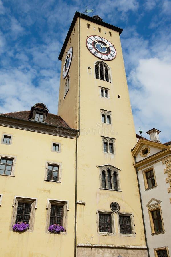 Torre de reloj histórica del ayuntamiento en Regensburg, Alemania fotografía de archivo libre de regalías