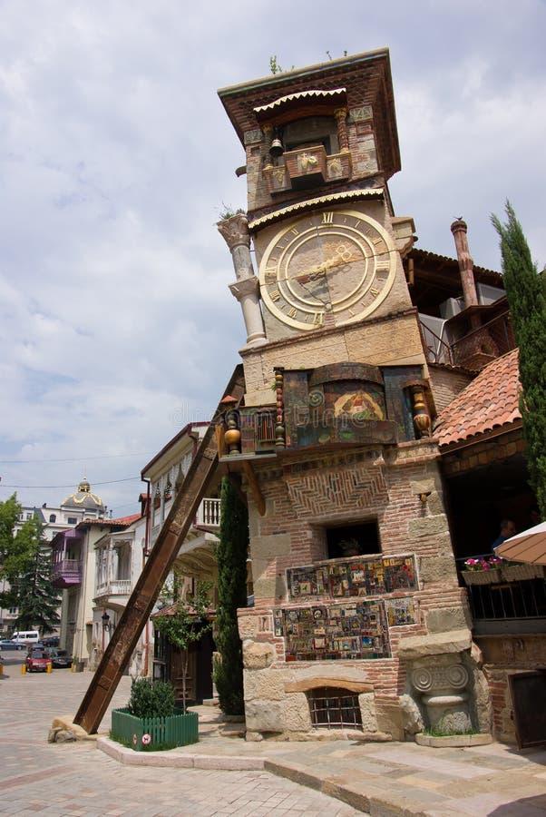 Torre de reloj inclinada fotos de archivo