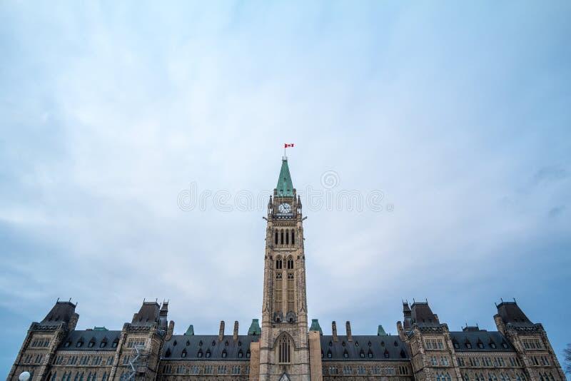 Torre de reloj principal del bloque de centro del parlamento de Canadá, en el complejo parlamentario canadiense de Ottawa, Ontari imagen de archivo