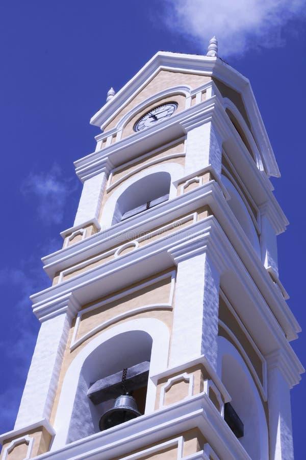 Torre de reloj que mira el sol fotos de archivo