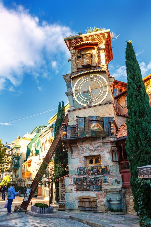 Torre de reloj y teatro de Gabriadze de la marioneta en el centro de ciudad Tbilisi, Georgia fotografía de archivo