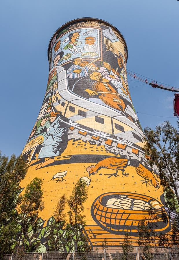 Torre de resfriamento da central elétrica em municípios de Soweto, Joanesburgo, África do Sul foto de stock royalty free