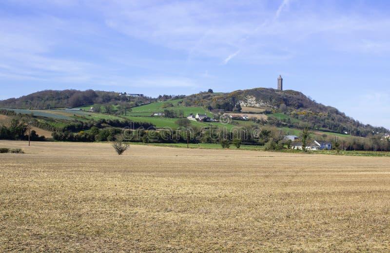Torre de Scrabo vista do oeste sul na estrada do Comber fotografia de stock royalty free