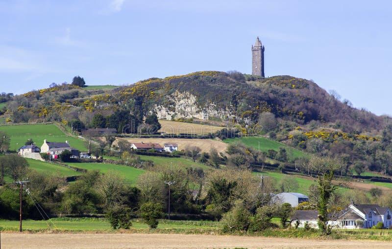 Torre de Scrabo vista do oeste sul na estrada do Comber imagem de stock royalty free