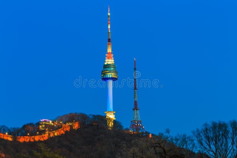 Torre de Seoul na noite em Seoul, Coreia do Sul foto de stock