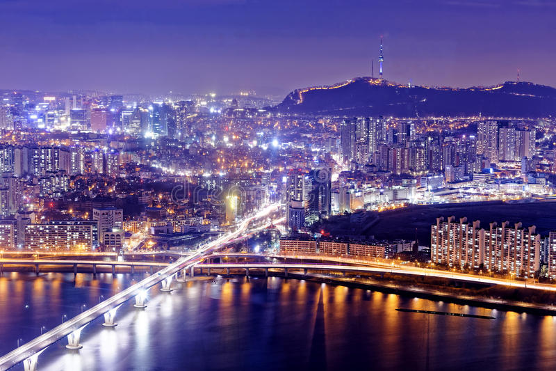 Torre de Seul y horizonte céntrico en la noche fotografía de archivo