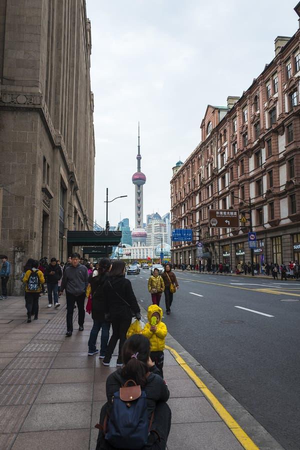 Torre de Shangai según lo visto del camino de Nanjing imagenes de archivo