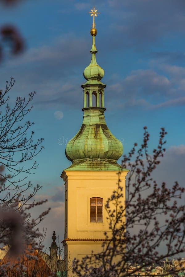 Torre de sino amarelo com telhado verde e a estrela dourada imagem de stock