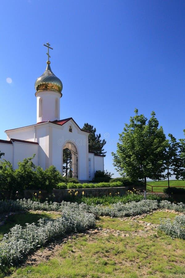 Torre de sino branca alta que está em um local memorável perto da estrada fotografia de stock royalty free