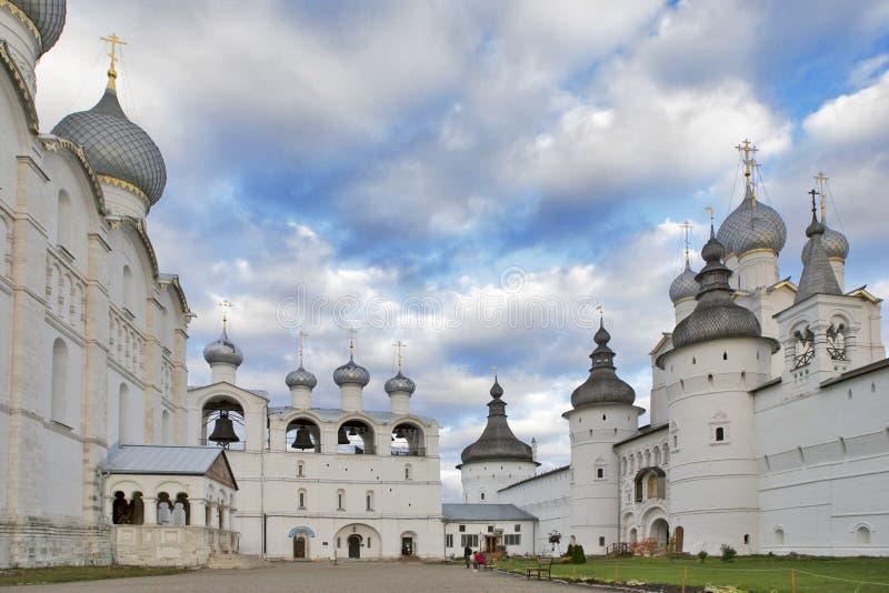 Torre de sino branca com sinos Kremlin da cidade antiga de Rostov Veliky Rússia Anel dourado imagens de stock royalty free