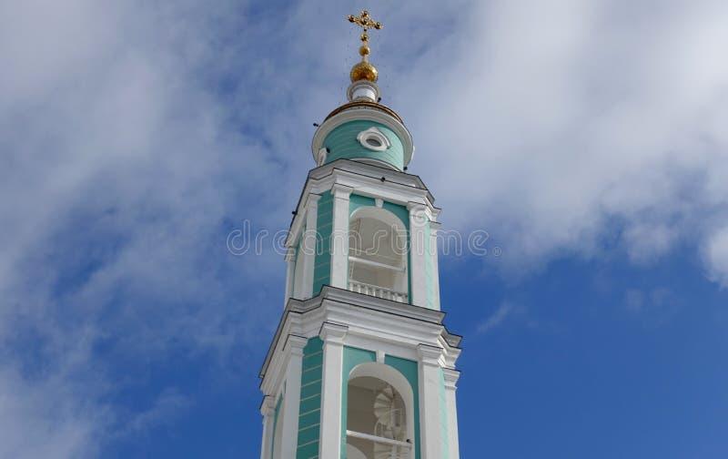 A torre de sino da catedral da transfiguração em Tambov contra o céu, igreja ortodoxa do russo fotografia de stock