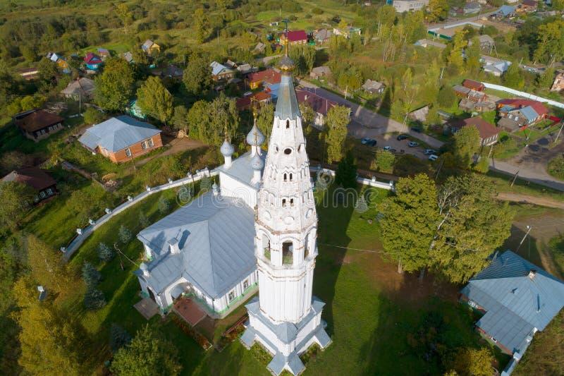 A torre de sino da catedral da transfiguração, opinião superior da tarde de setembro Sudislavl, Russi fotos de stock
