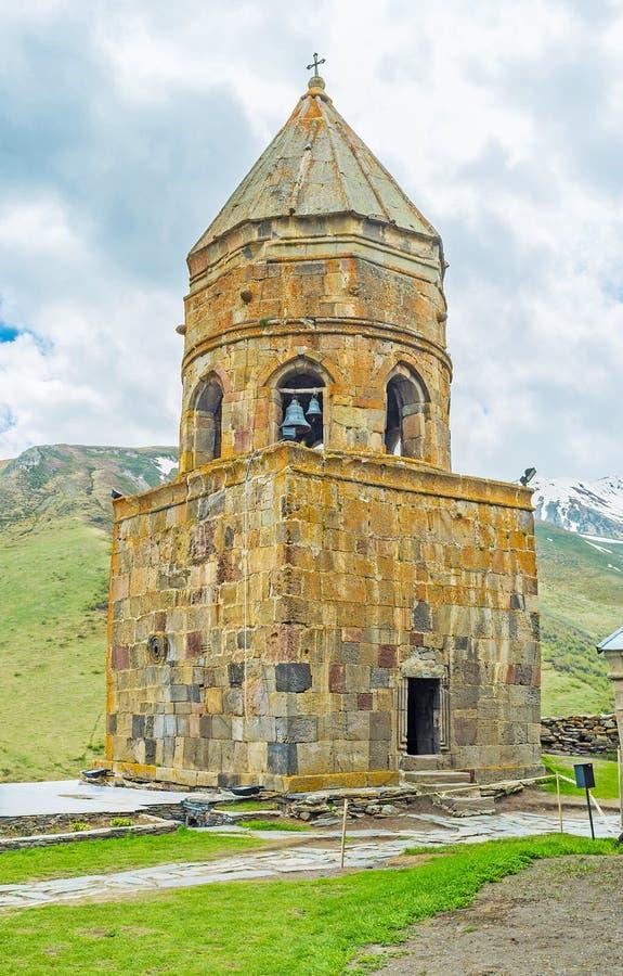 A torre de sino da igreja de Gergeti foto de stock royalty free