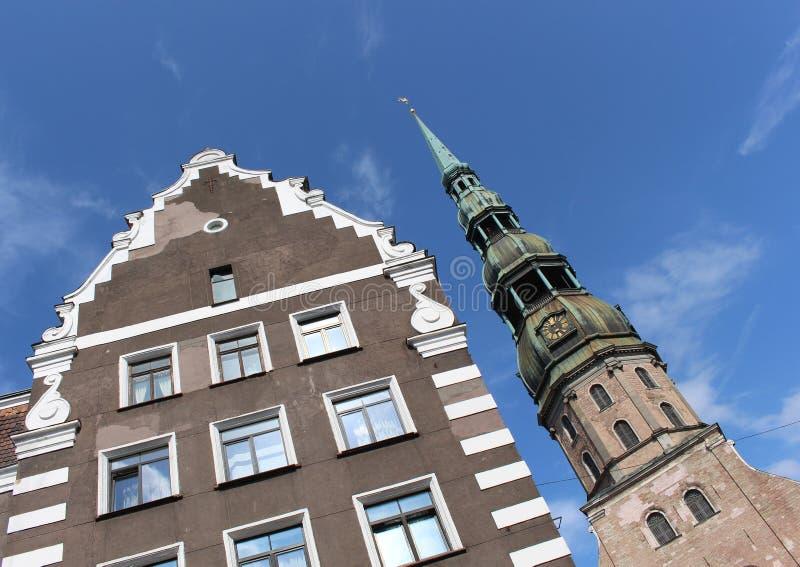 A torre de sino da igreja de St Peter Igreja luterana gótico em Riga, Letónia imagem de stock