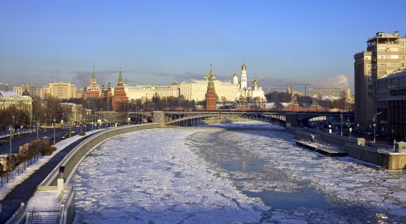 Torre de sino da ponte do rio do inverno de Moscou kremlin imagens de stock royalty free