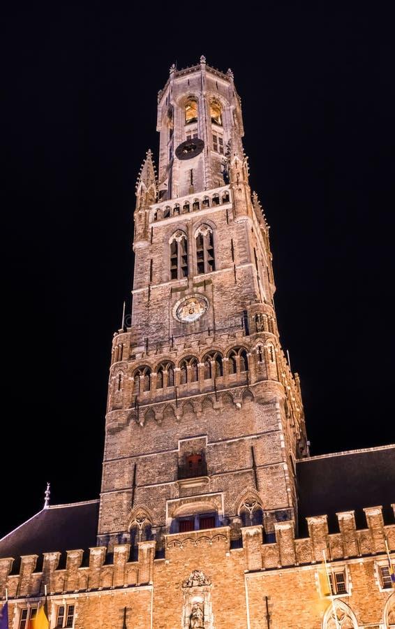 A torre de sino de Bruges na noite imagem de stock royalty free