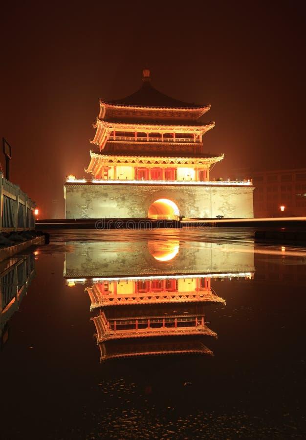 Torre de sino de Xian na noite após a chuva fotos de stock royalty free