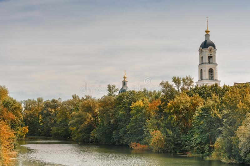 Torre de sino do ` santamente de Sarovskaya Pustyn do monastério do ` s do homem de Dormition Paisagem do outono com árvores e ri foto de stock