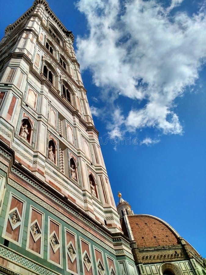 A torre de sino e a abóbada de Florence Cathedral Santa Maria del Fiore fotografia de stock royalty free
