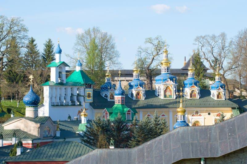 Torre de sino e abóbadas da catedral da suposição do monastério santamente de Dormition Pskovo-Pechersky Pechory, registro de Psk fotos de stock