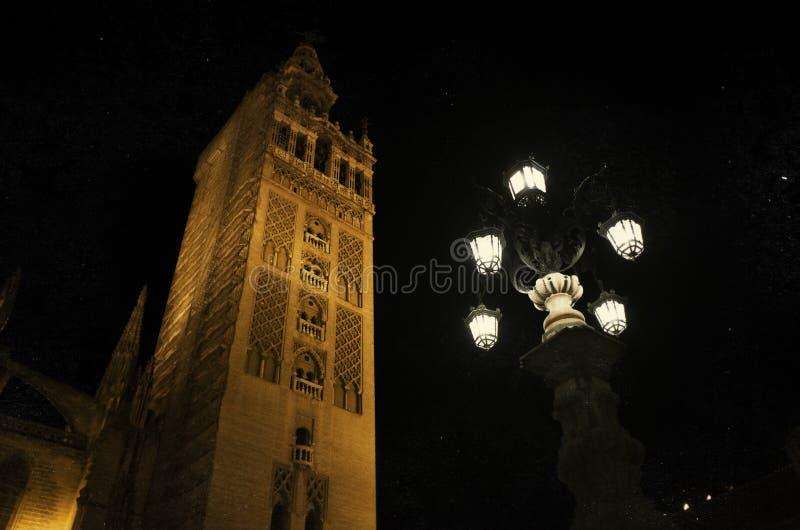 Torre de sino de Giralda da catedral de Sevilha, Espanha imagens de stock royalty free