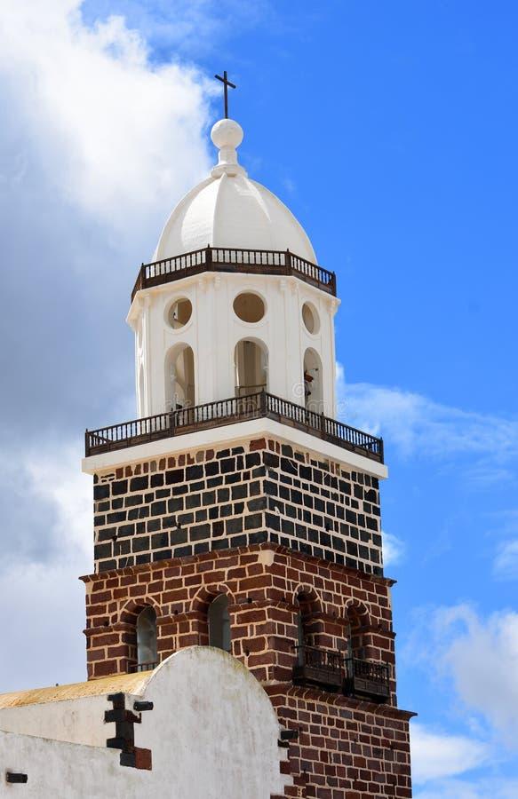 A torre de sino de Iglesia Nuestra Señora de Guadalupe - igreja em Teguise foto de stock royalty free