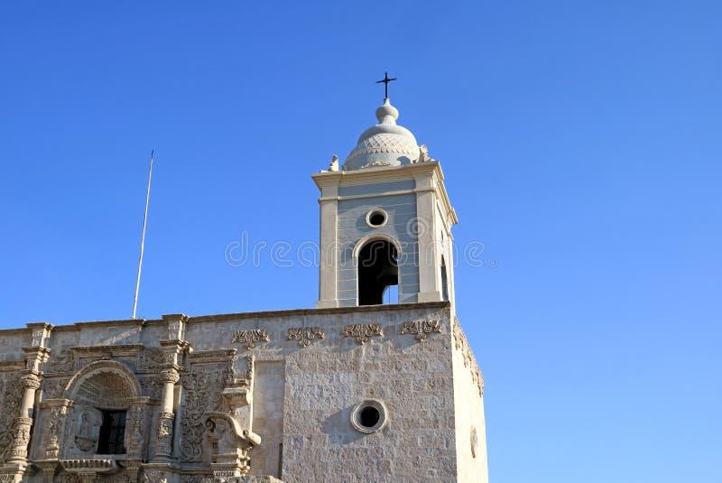 Torre de sino lindo e fachada da igreja de St Augustine em Arequipa, Peru fotografia de stock