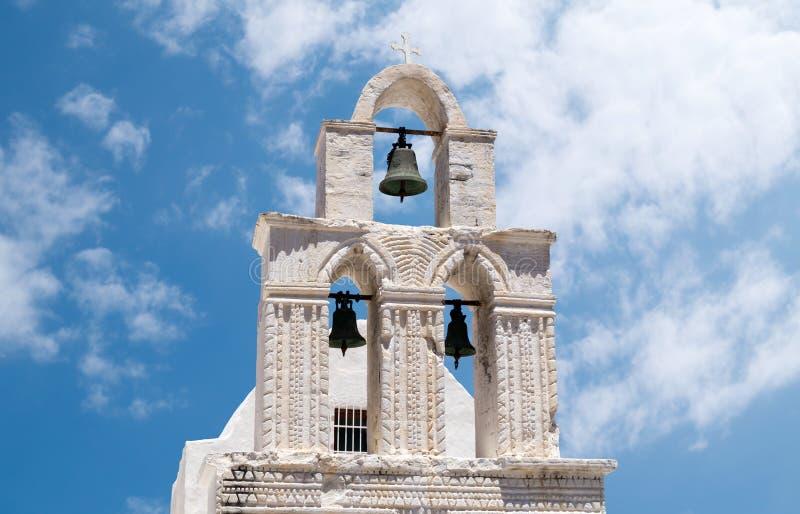Torre de sino no céu azul na ilha de Sifnos, Grécia fotografia de stock
