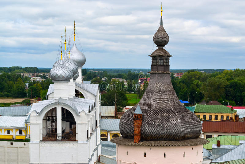 A torre de sino no Kremlin de Rostov Veliky fotografia de stock