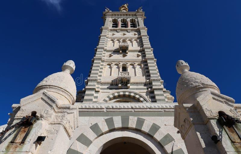 A torre de sino de pedra cênico de Notre Dame de la Garde Basilica, Marselha, França fotografia de stock royalty free