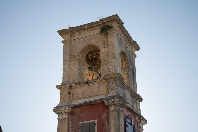 Torre de sino velha com algumas plantas que crescem nela fotografia de stock royalty free