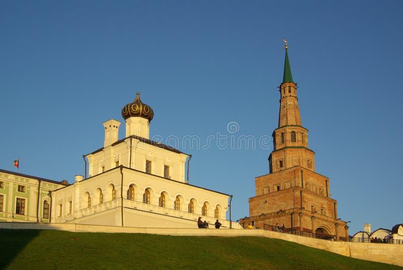 Torre de Soyembika e iglesia del palacio en Kazan Kremlin foto de archivo