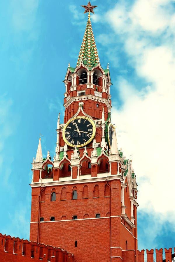 Torre de Spasskaya del cierre de Moscú el Kremlin encima del día de verano hermoso La Moscú el Kremlin es un complejo fortificado imágenes de archivo libres de regalías