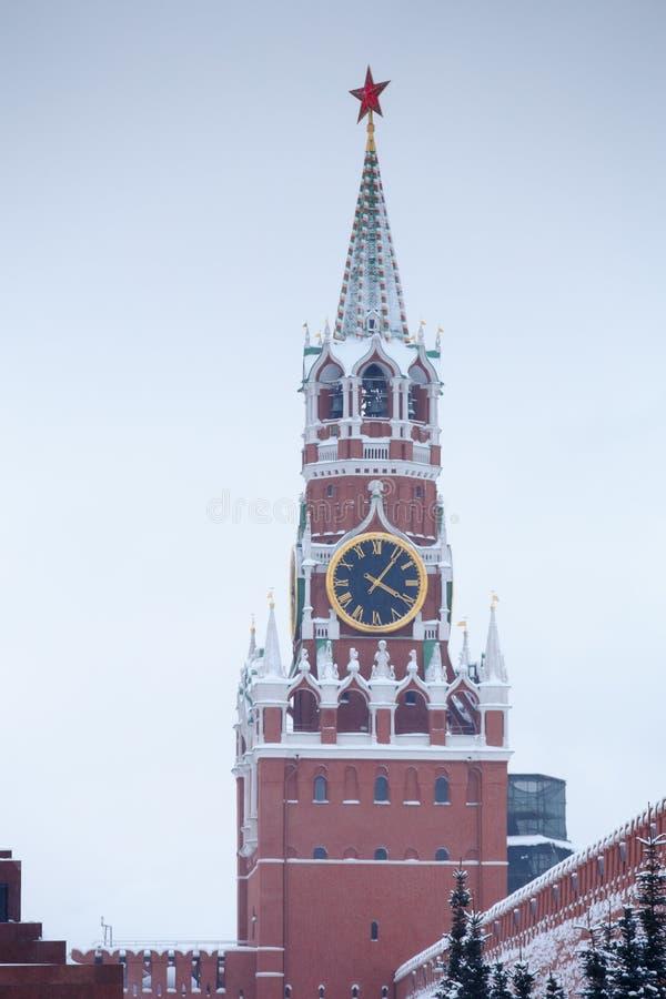 Torre de Spasskaya del invierno con el carillón grande en la Plaza Roja de Moscú imagen de archivo libre de regalías